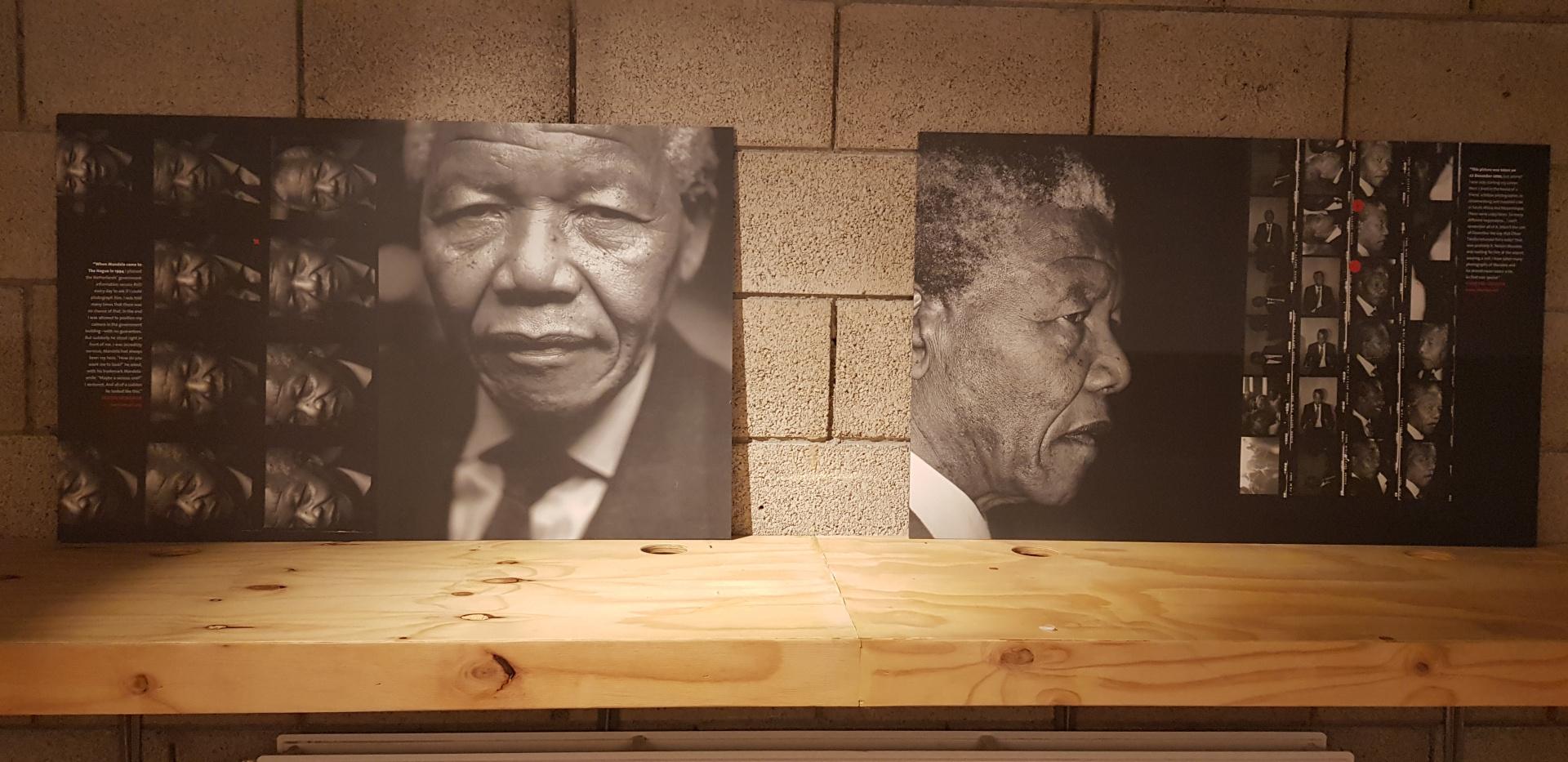 Foto van een muur waar twee foto's hangen waarop Nelson Mandela te zien is. Op de linkerfoto zie je aan de linkerkant 2 kolommen met kleine foto's van Nelson Mandela en aan de rechterkant is Nelson Mandela in pak te zien. Op de rechterfoto is het precies andersom: aan de linkerkant zie je het rechter-zijprofiel van Nelson Mandela met daarnaast 2 kolommen kleine foto's.